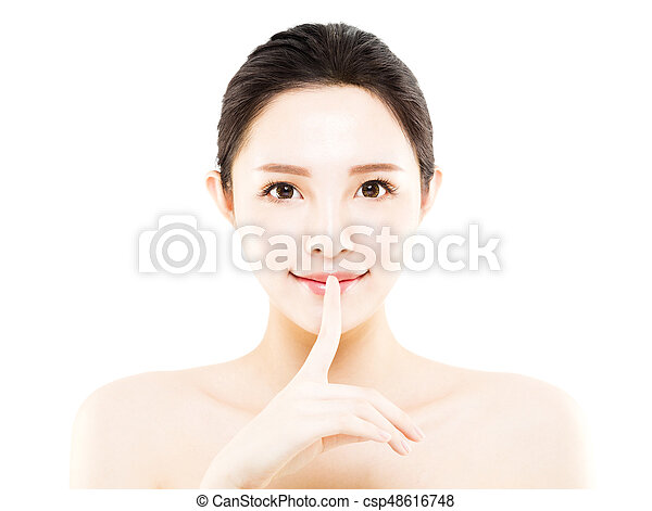 La cara de una joven de primer plano aislada en blanco - csp48616748