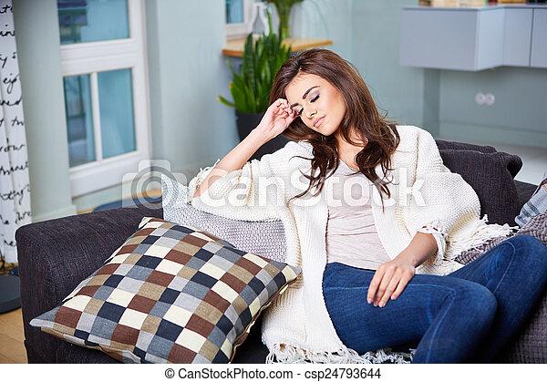 mujer, joven, couch., sentado - csp24793644