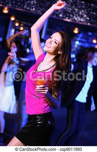 Una joven que se divierte en la discoteca - csp9011893