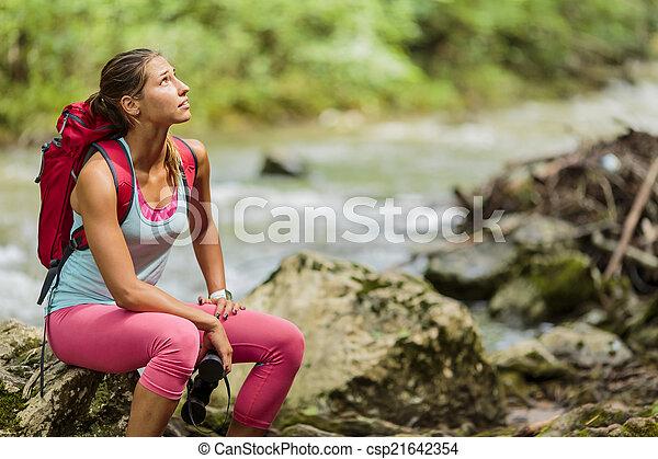 Una joven senderismo en el bosque - csp21642354