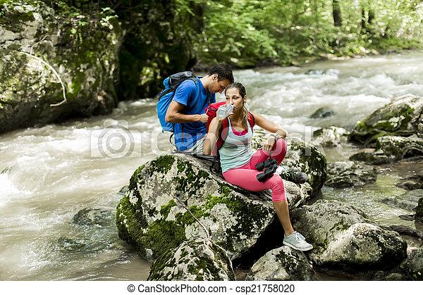 Una joven senderismo en el bosque - csp21758020