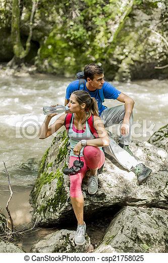 Una joven senderismo en el bosque - csp21758025
