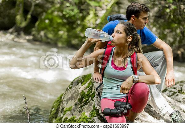 Una joven senderismo en el bosque - csp21693997