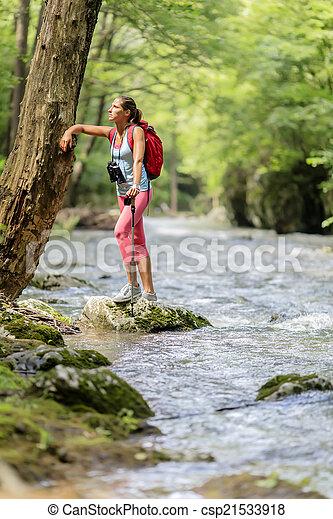 Una joven senderismo en el bosque - csp21533918