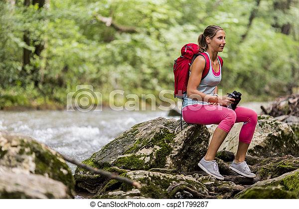 Una joven senderismo en el bosque - csp21799287