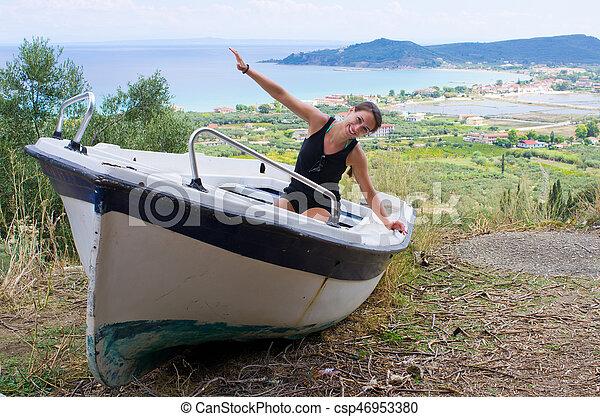 Mujer joven en el barco, zakynthos, Grecia - csp46953380