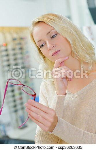 Una mujer con gafas - csp36263635