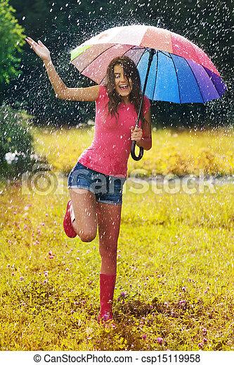 Joven y hermosa mujer diviértanse bajo la lluvia - csp15119958