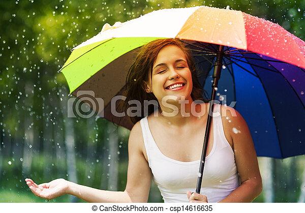 Hermosa mujer disfrutando de la lluvia de verano - csp14616635