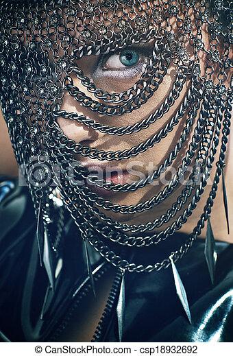Mujer joven con máscara de cadena - csp18932692