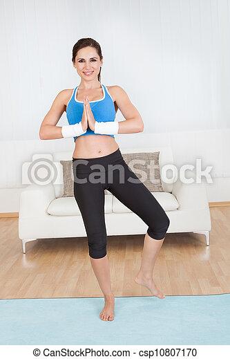 Una mujer estirando los músculos - csp10807170