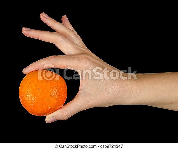 Mujer sosteniendo mandarina - csp9724347