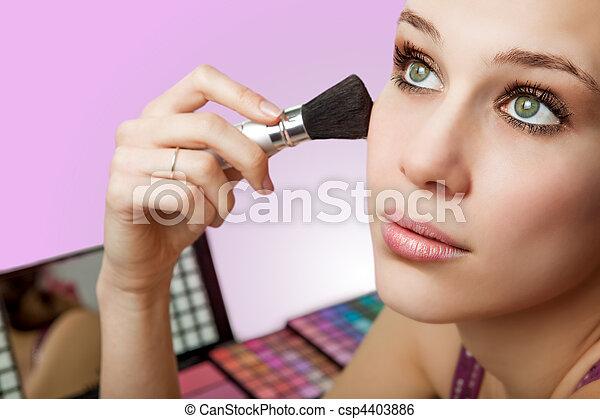 Maquillaje y cosméticos. Mujer usando cepillo de rubor - csp4403886