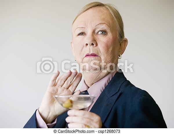 Mujer mayor dramática con un martini - csp1268073