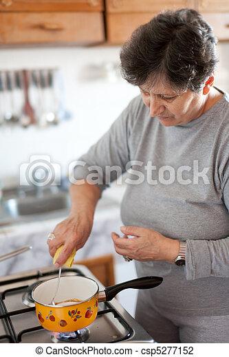 Mujer mayor cocinando - csp5277152