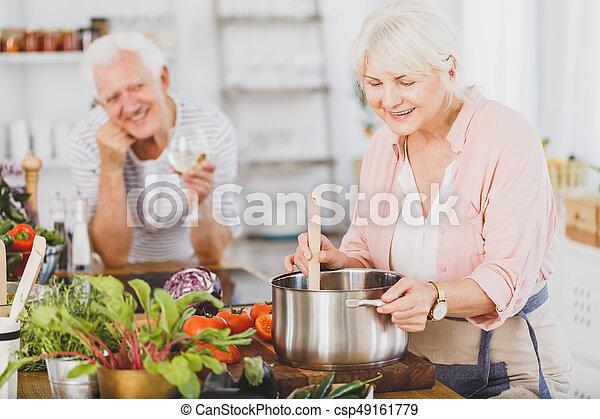 Mujer mayor cocinando - csp49161779