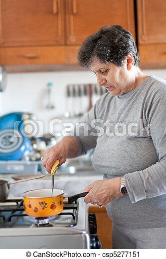 Mujer mayor cocinando - csp5277151