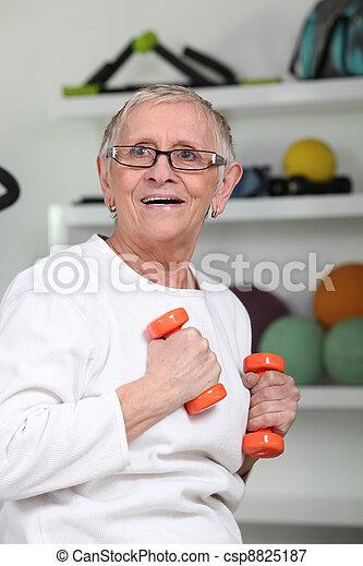 Una anciana haciendo ejercicio - csp8825187