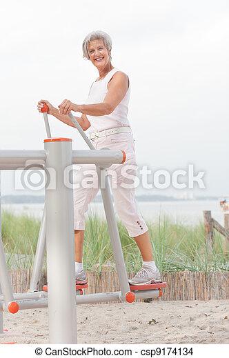 Mujer mayor - csp9174134