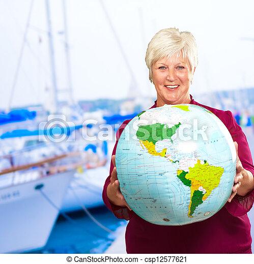 Una anciana sosteniendo el globo - csp12577621