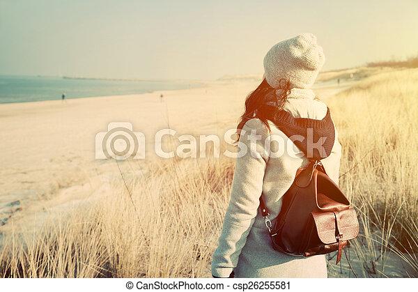 44ff72a1a Mujer, mochila, mirar, retro, mar, playa. Posición, playa, humor ...