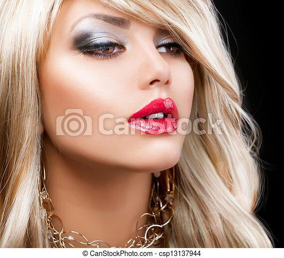 Un retrato de mujer rubia. Pelo rubio - csp13137944