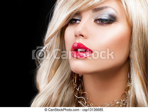 Un retrato de mujer rubia. Pelo rubio - csp13136685