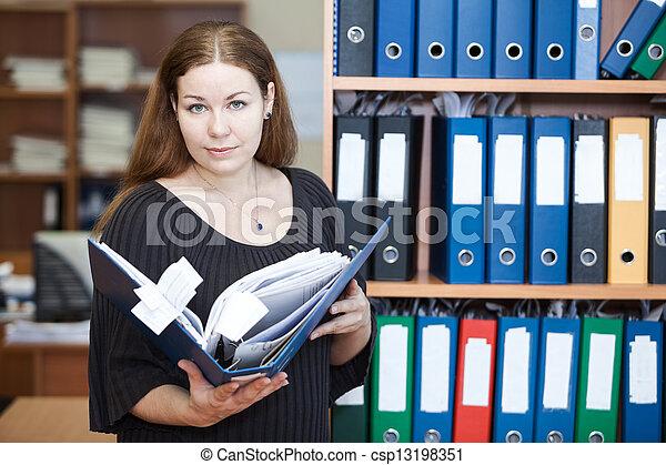 Mujer ejecutiva de negocios sosteniendo documentos en las manos en la oficina - csp13198351