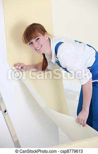 Mujer colgando papel tapiz - csp8779613