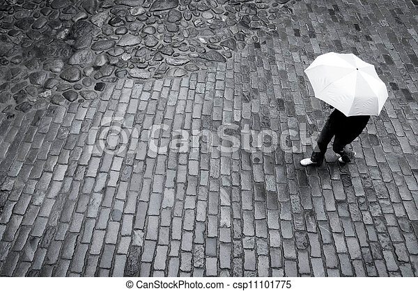 Mujer con paraguas bajo la lluvia - csp11101775
