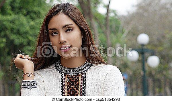 Mujer bonita en el parque - csp51854298