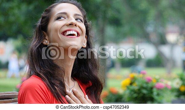 Mujer feliz en el parque - csp47052349