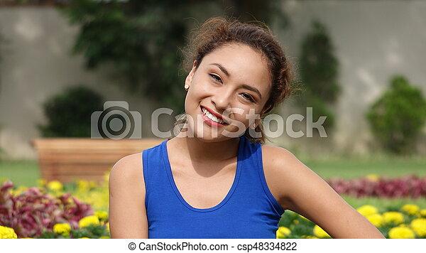 Una joven feliz en el parque - csp48334822