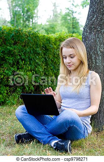 mujer, parque, joven - csp9798271