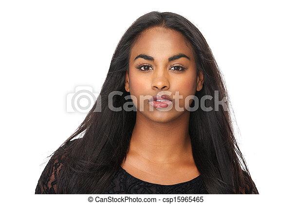 Retrato de jovencita con hermoso cabello largo y negro - csp15965465