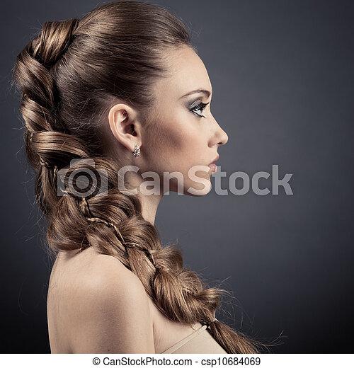 Hermoso retrato de mujer. Pelo castaño largo - csp10684069