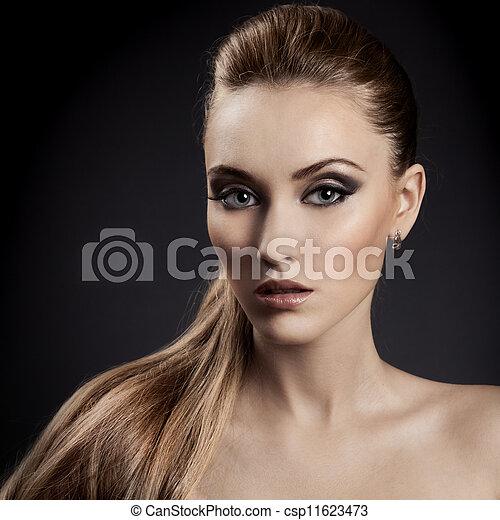 Hermoso retrato de mujer. Pelo castaño largo - csp11623473