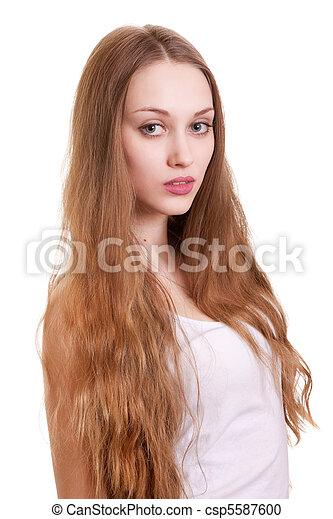 Retrato de bella mujer con cabello largo y rubio - csp5587600