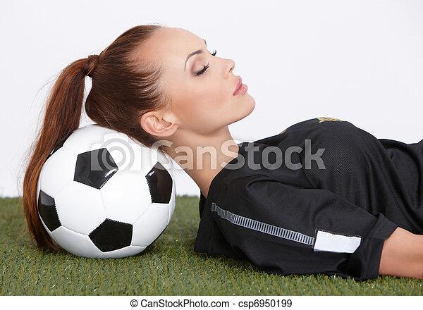 Mujer con pelota de fútbol - csp6950199
