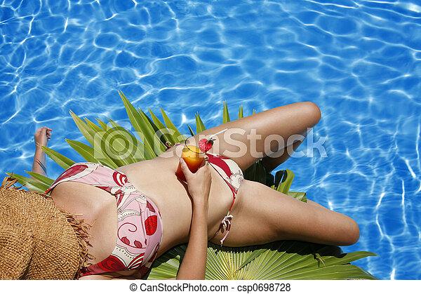 Mujer por piscina - csp0698728