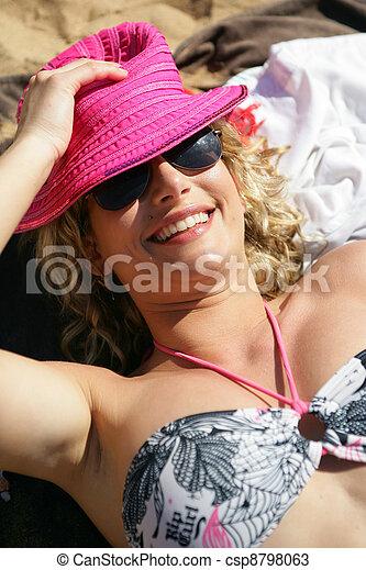 Mujer en la playa - csp8798063
