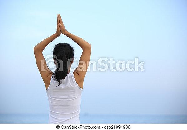 mujer de yoga en forma en la playa