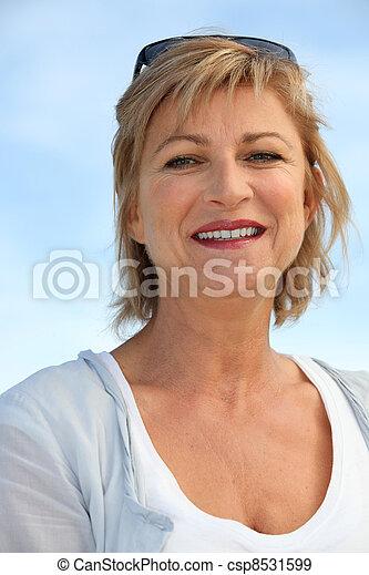 Mujer de mediana edad en la playa - csp8531599