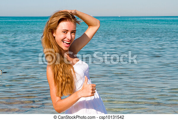 Mujer en la playa - csp10131542