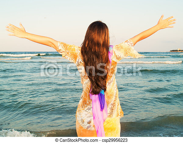 Mujer en la playa - csp29956223