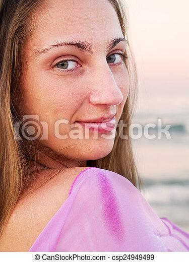 Mujer en la playa - csp24949499