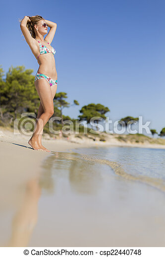 Una joven en la playa - csp22440748