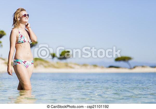 Una joven en la playa - csp21101192