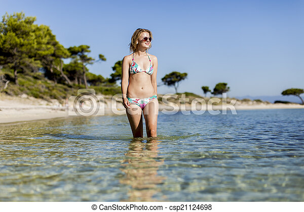 Una joven en la playa - csp21124698