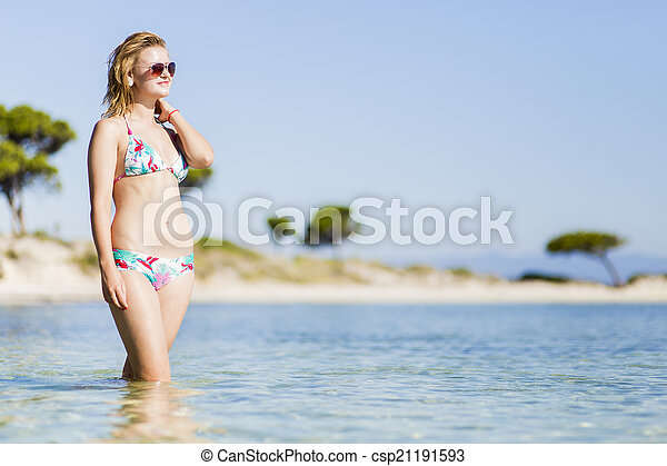 Una joven en la playa - csp21191593